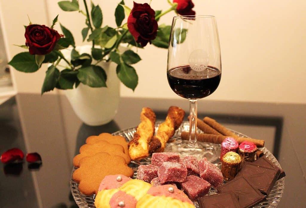 Portviini, pikkuleipiä ja makeisia, Viinihetki