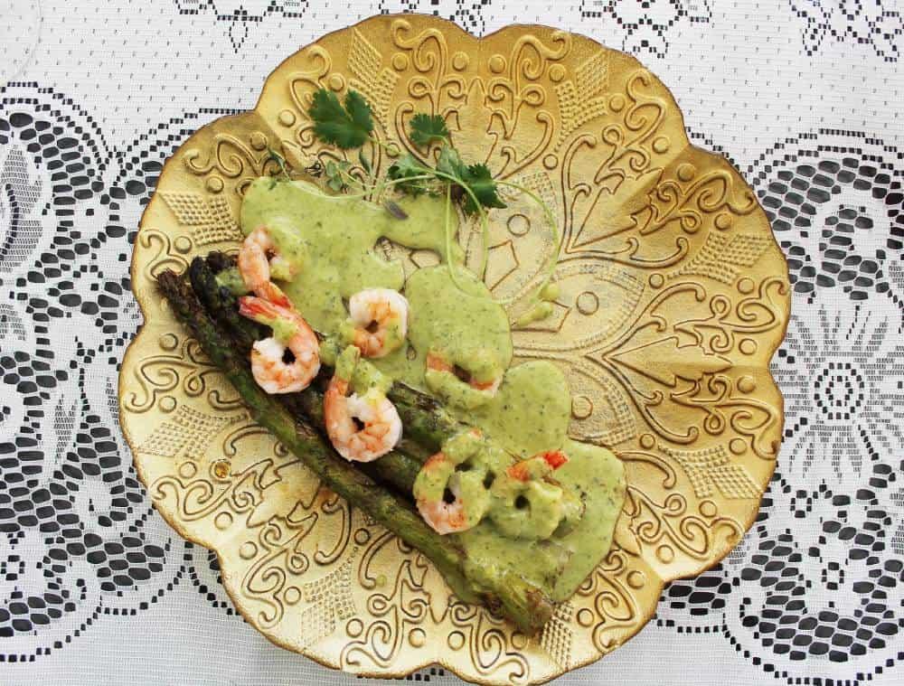 Vihreää parsa, jättikatkaravunpyrstöjä ja kevätsipulikastiketta. Äitienpäivämenu. Viinihetki.