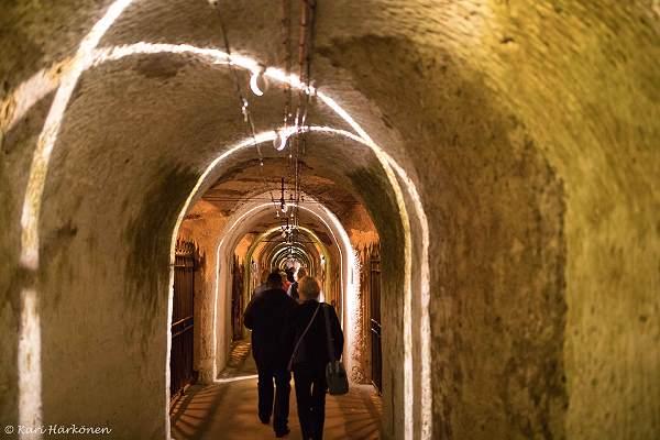 Maanalaisen viinikellarin käytävä Champagnessa, Viinihetki.