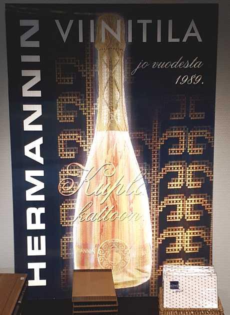 Marjaviiniä maistelemassa Hermannin Viinitornissa, Viinihetki