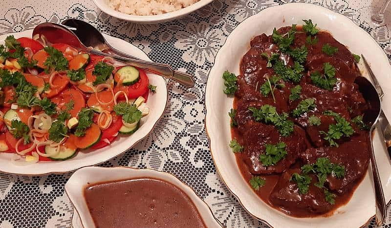 Naudanpihvit punaviinikastikkeessa, tomaattisipulisalaatti, riisiä, Viinihetki