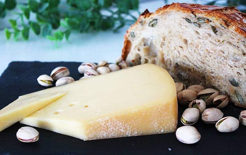 Appenzeller Classic juusto, pistaasipähkinöitä ja pataleipä. Viinihetki