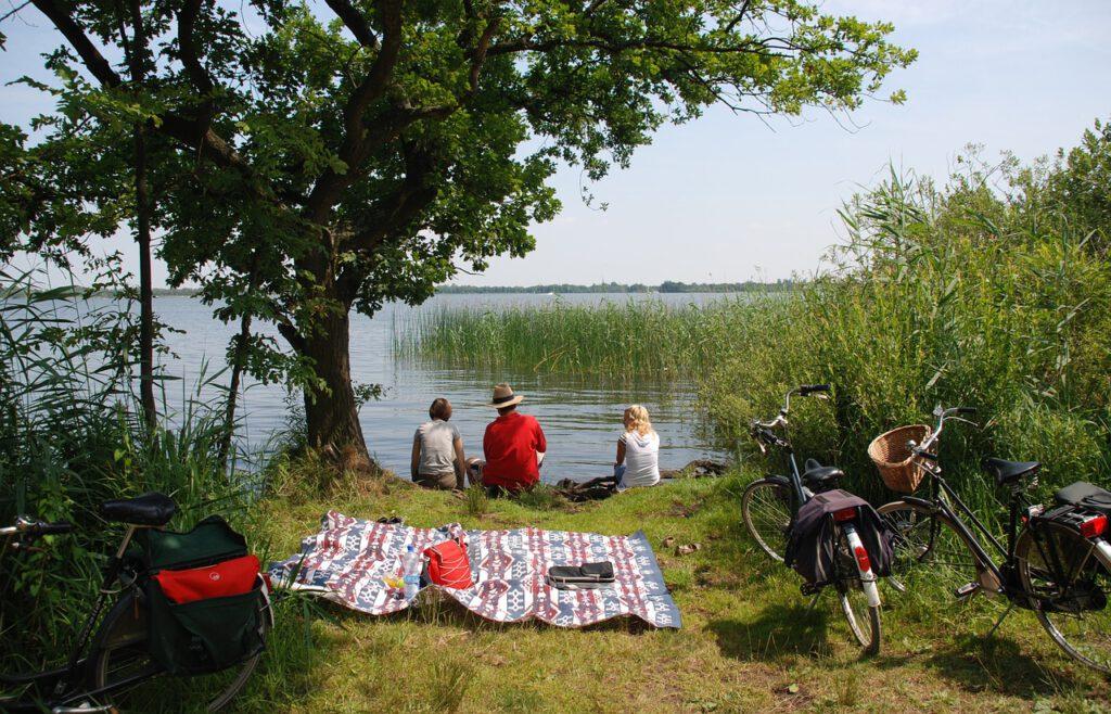 Piknik luonnonkauniissa ympäristössä, järven rannalla, Viinihetki