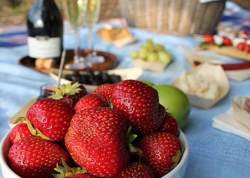 Piknik-eväät, mansikat. Viinihetki
